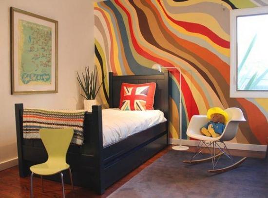 Dormitor de copil zugravit cu crem si un perete multicolor