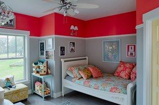 Dormitor pentru copii in doua culori portocaliu si gri si bagheta alba decorativa