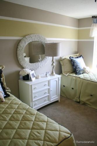 Dormitor pentru doua fetite in dungi colorate orizontale crem alb si mustar