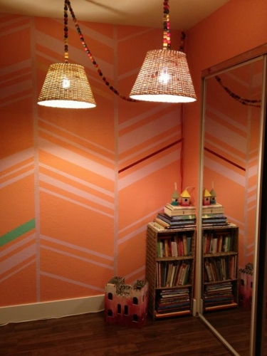 Dormitor portocaliu cu dungi albe negre si verzi