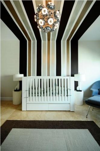 Dungi verticale colorate pe perete si pe tavan pentru o camera inedita de bebe