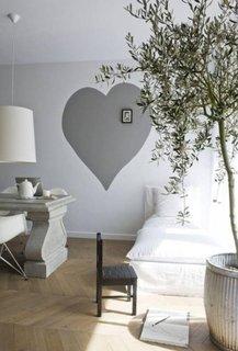 Inima mare gri inchis vopsita pe perete gri deschis