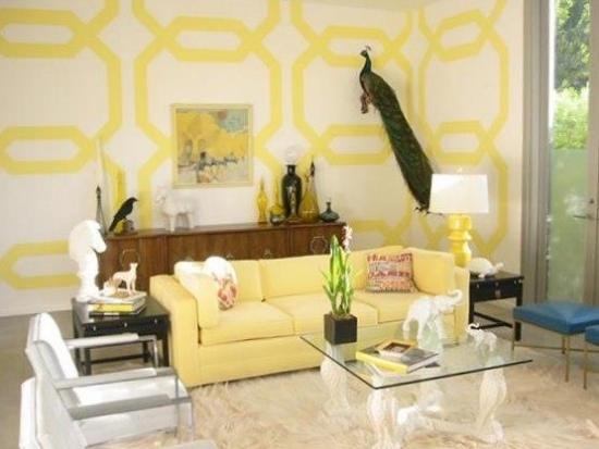 Living cu canapea galbena si perete de accent alb cu modele galben aprins