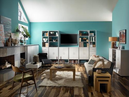 Living modern cu mobila alba si peretii zugraviti cu albastru bleu