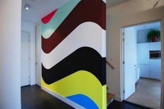 Perete de accent cu model colorat pentru mascarea scarii interioare