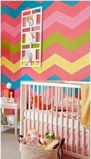 Perete de accent in camera de bebelus cu multe dungi colorate