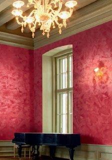 Interior cu pereti cu stucco rosu cu accente aurii