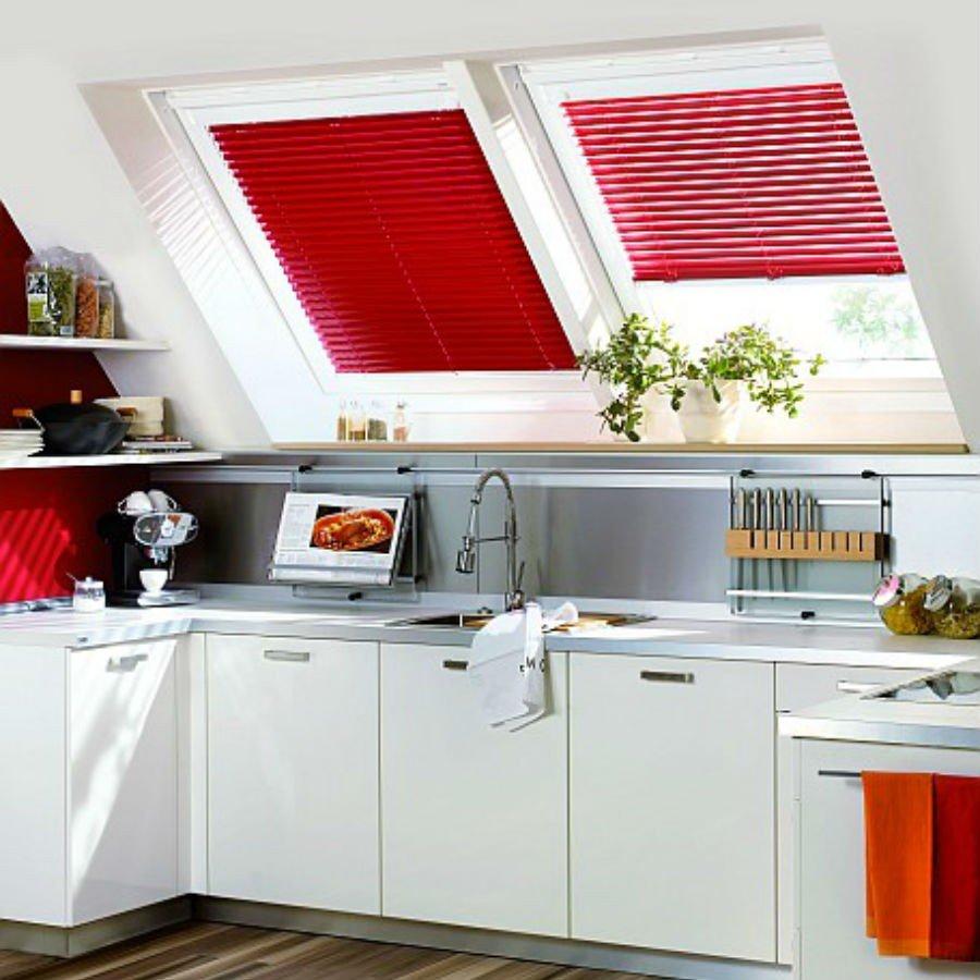 Jaluzele orizontale cu lamela 16mm culoare rosie montate pe tamplarie fixate cu ghidaj pentru geamuri pe plan inclinat