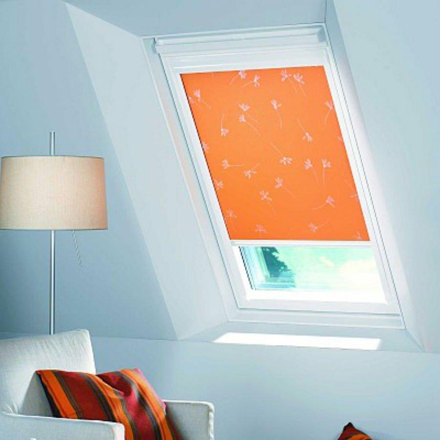 Roleta textila material opac culoare portocaliu cu imprimeu panseluta montata pe fereastra Velux